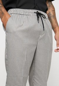 New Look - PHILIP GINGHAM PULL ON - Trousers - stone - 3
