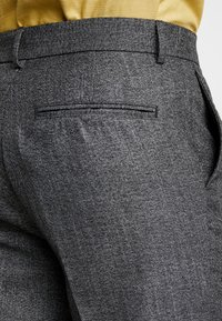 New Look - TEXTURE PLEAT FRONT TROUSER - Pantalon classique - dark grey - 5