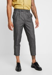 New Look - TEXTURE PLEAT FRONT TROUSER - Pantalon classique - dark grey - 0
