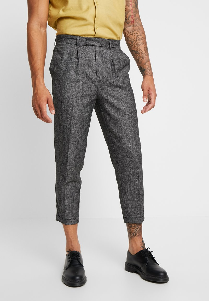 New Look - TEXTURE PLEAT FRONT TROUSER - Trousers - dark grey