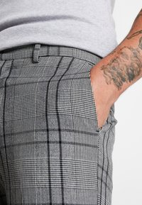 New Look - LARGE SCALE CHECK SKINNY TROUSER - Trousers - mid grey - 4