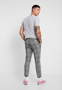 New Look - LARGE SCALE CHECK SKINNY TROUSER - Trousers - mid grey - 2