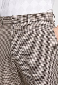 New Look - PUPPYTOOTH TROUSER - Pantalones - brown - 4