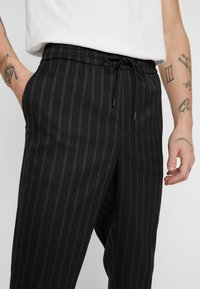New Look - CROP FITZ  - Trousers - black - 3