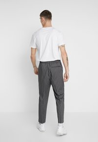New Look - SLIM CROP TWIN THOM - Trousers - grey - 2