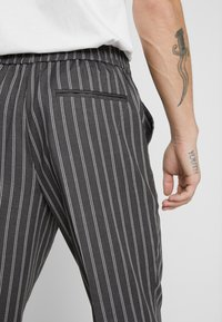 New Look - SLIM CROP TWIN THOM - Trousers - grey - 3