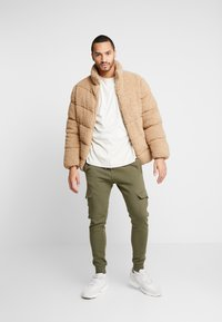New Look - UTILITY JOGGER - Cargo trousers - dark khaki - 1