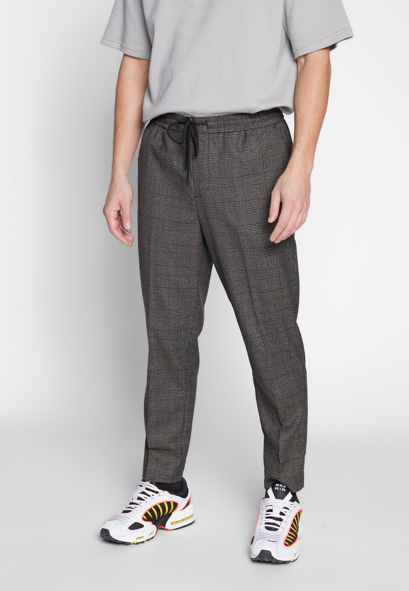 New Look - TRENDY TONAL CHECK PULL ON - Trousers - brown