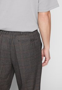 New Look - TRENDY TONAL CHECK PULL ON - Trousers - brown - 5