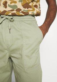 New Look - CUFFED UTILITY TROUSER - Reisitaskuhousut - light khaki - 4