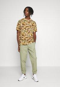 New Look - CUFFED UTILITY TROUSER - Reisitaskuhousut - light khaki - 1