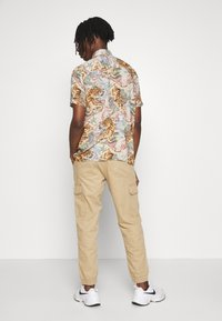 New Look - CUFFED CARGO TROUSER - Cargo trousers - tan - 2