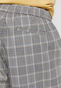 New Look - SMART CHECK  - Shorts - grey - 5