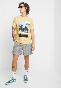 New Look - SMART CHECK  - Shorts - grey - 1