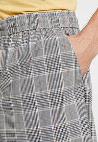 New Look - SMART CHECK  - Shorts - grey - 3