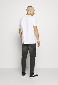 New Look - TAPERED WASHED CARGO - Cargo trousers - black - 2
