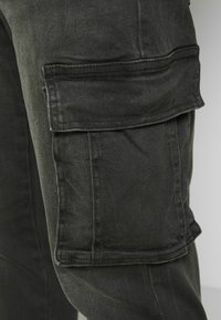 New Look - TAPERED WASHED CARGO - Cargo trousers - black - 6
