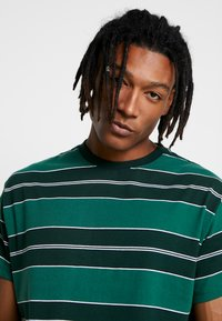 New Look - FILEY STRIPE TEE  - T-Shirt print - green - 4