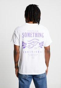 New Look - SOMETHING TEE - Camiseta estampada - white - 2