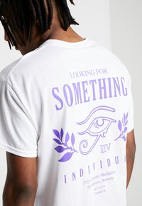 New Look - SOMETHING TEE - Camiseta estampada - white - 5