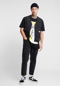 New Look - MIC FREDDIE TEE - T-shirt med print - black - 1