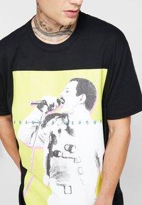 New Look - MIC FREDDIE TEE - T-shirt med print - black - 4