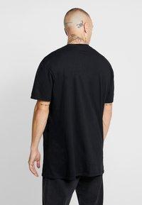 New Look - MIC FREDDIE TEE - T-shirt med print - black - 2