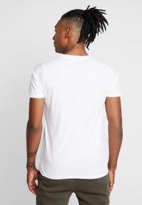 New Look - FLAG CHEST PRINT - T-shirt med print - white