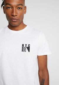 New Look - FLAG CHEST PRINT - T-shirt med print - white - 4