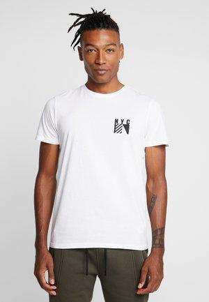 FLAG CHEST PRINT - Print T-shirt - white