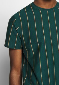 New Look - VERT STRIPE TEE - T-shirt imprimé - teal - 5