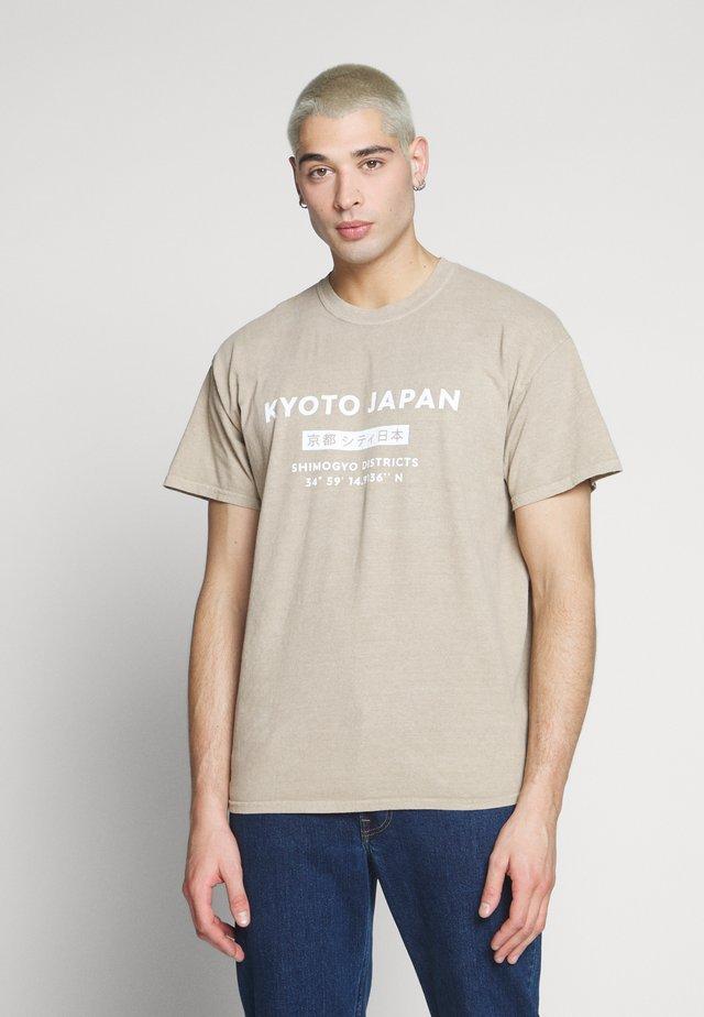JAPAN PRINT TEE - Print T-shirt - tan