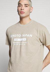 New Look - JAPAN PRINT TEE - Print T-shirt - tan - 4