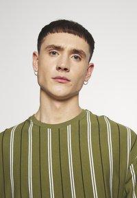New Look - VERT STRIPE TEE - T-shirt print - light khaki - 3