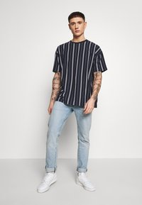 New Look - VERT STRIPE TEE - Print T-shirt - navy - 1