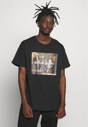 BEFORE SELFIES TEE - Print T-shirt - black