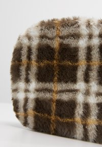 New Look - CHECK CAMERA BAG - Skulderveske - dark khaki - 6