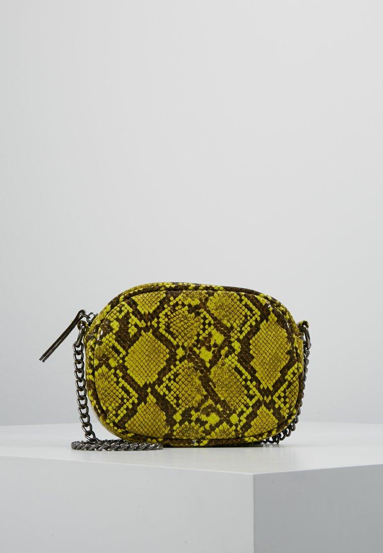 New Look - SNAKE NEON CAMERA BAG - Torba na ramię - green