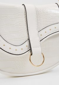 New Look - SHARNI SADDLE BAG - Sac à main - white