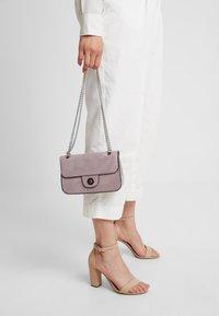 New Look - CROC CHAIN SHOULDER - Bolso de mano - lilac - 1