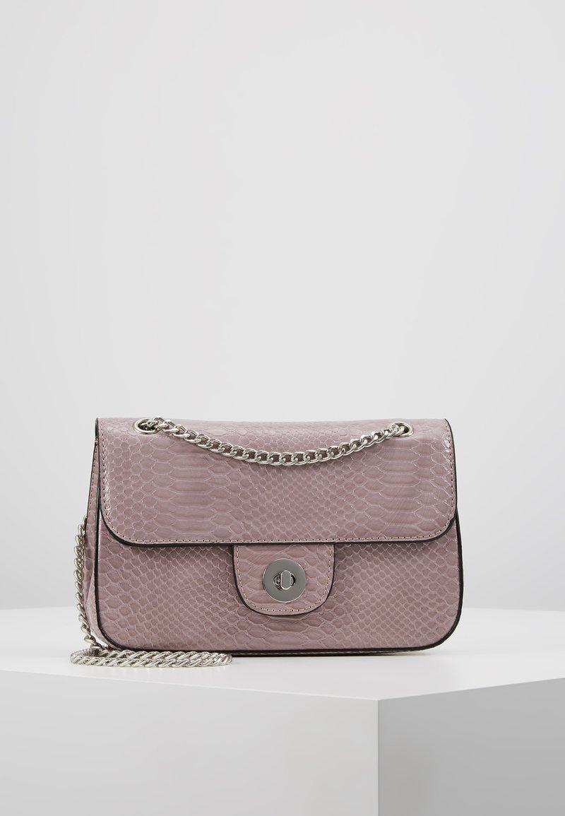 New Look - CROC CHAIN SHOULDER - Håndtasker - lilac