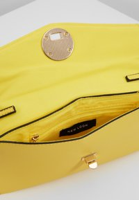 New Look - SULLY SHELL - Pikkulaukku - bright yellow - 4