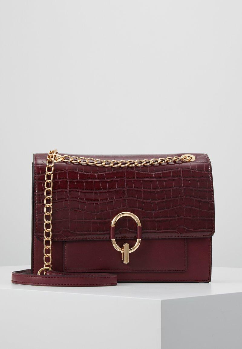 New Look - RAQUEL LARGE CHAIN SHOULDER - Torba na ramię - dark burgundy
