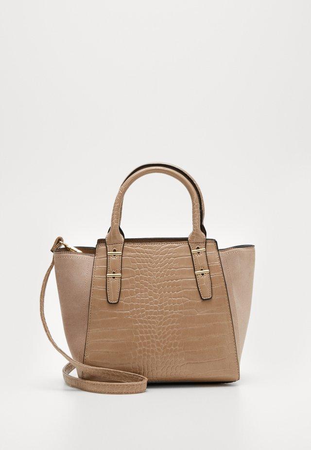 MARLEY CROC TOTE - Handtasche - camel