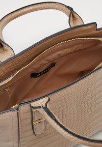 New Look - MARLEY CROC TOTE - Håndveske - camel - 2