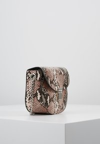 New Look - SUSIE SNAKE SADDLE - Skuldertasker - pink - 3
