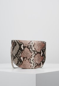 New Look - SUSIE SNAKE SADDLE - Skuldertasker - pink - 2