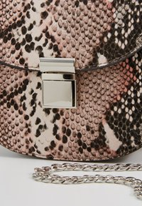 New Look - SUSIE SNAKE SADDLE - Skuldertasker - pink - 6