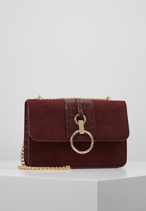 ROXANNE RING DETAIL CHAIN SHOULDER - Axelremsväska - dark burgundy