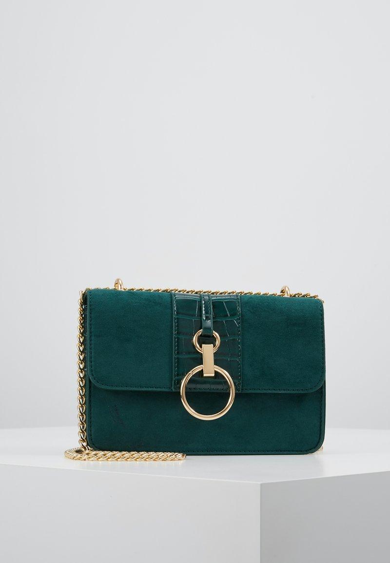 New Look - ROXANNE RING DETAIL CHAIN SHOULDER - Taška spříčným popruhem - dark green